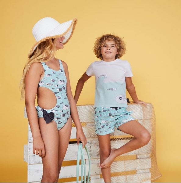 Picture of CAMISETA BLANCA Y AZUL UNISEX JUNIOR CON ESTAMPADO DE PEZ EN LATERAL