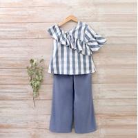 Imagen de Blusa niña con mangas asimétricas maxi volante de cuadros azul y blanco