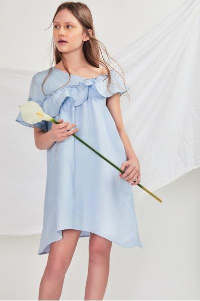 Imagen de vestido teen lino azul cuello bardot con maxi volante y bajo asimetrico