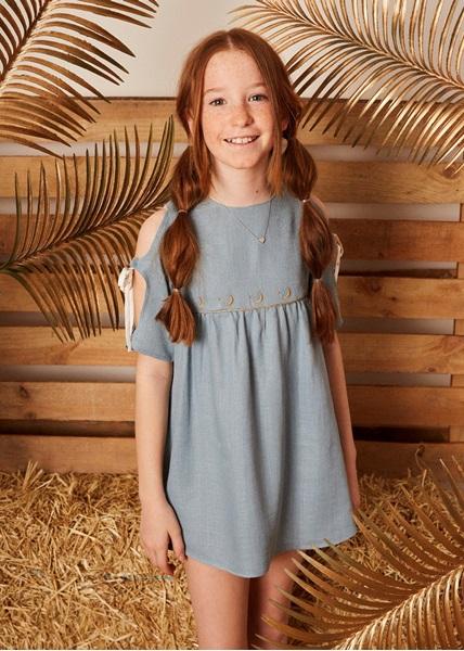 Imagen de vestido niña azul tejido rustico bordado en cintura dorado.