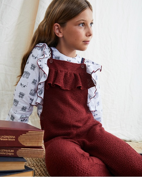 Imagen de Peto niña de punto granate con tirantes de cinta decorativa